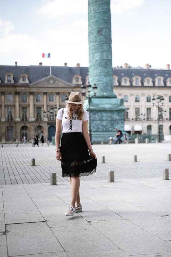 Blogueuse mode habillée en jupe et en veste en jeans