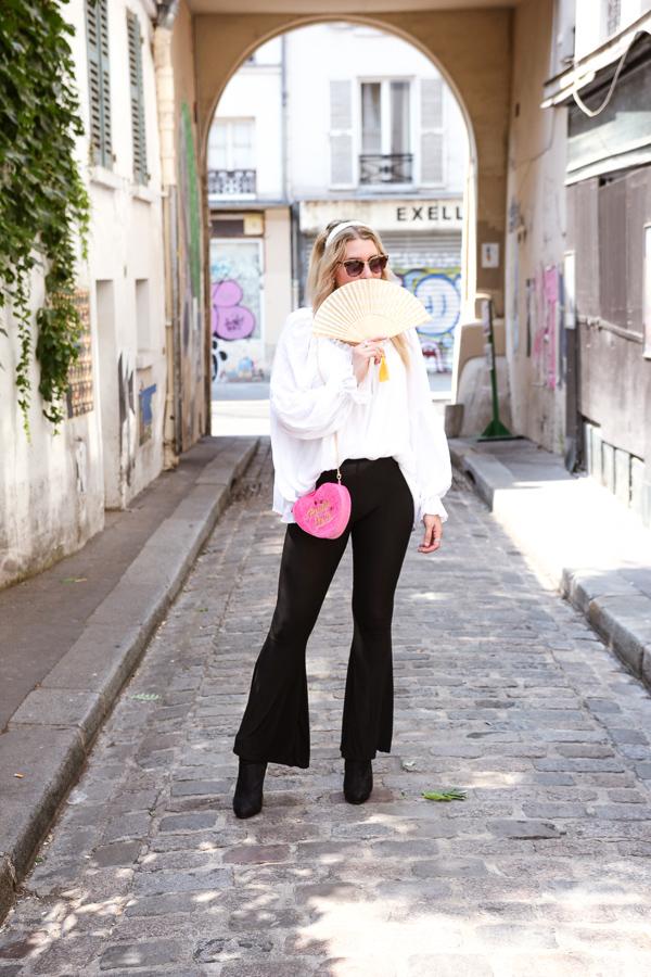 Blogueuse mode portant un pantalon flare