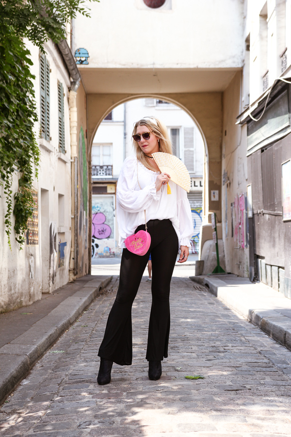 Blogueuse mode portant un pantalon flare