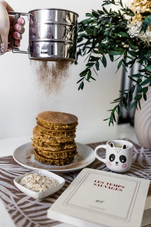 Pancakes soupoudrés de chocolat
