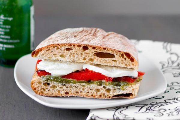 Sandwiches au pili-pili écarlate galantine et à la mozzarella en même temps que pesto de obus