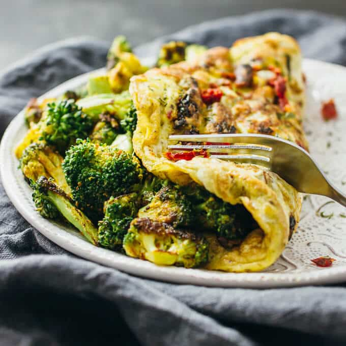 15 Irresistible Vegetarian Omelets to Make for Breakfast: Curried Omelette with Broccoli and Sun-Dried Tomatoes