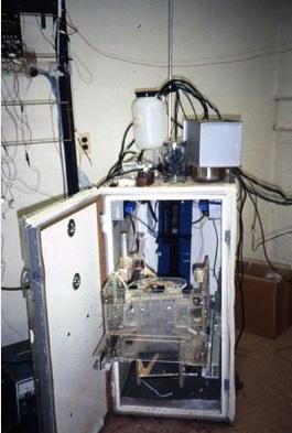 Máquina construída para contenção dos macacos.