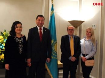 El Excmo. Embajador de la República de Kazajstán en España, el Sr. D. Bakyt Dyussenbayev junto a María Grunyk, Directora Ejecutiva de OHRE y el presidente, Fernando Moragón.