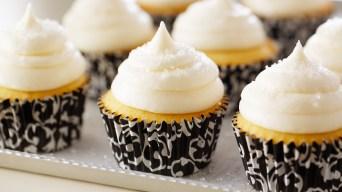 bake_1004_vanilla-cupcakes