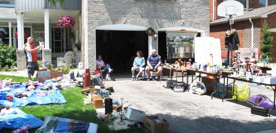 Al Chiasson (fundo à esquerda) em sua garage sale em família