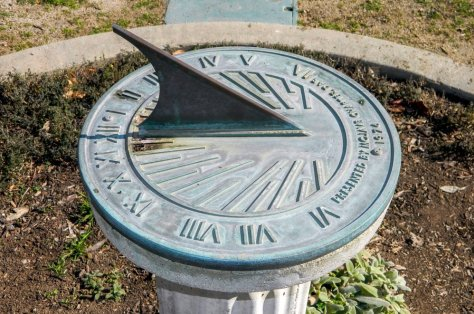 Public domain sundial by Daniel Sinoca
