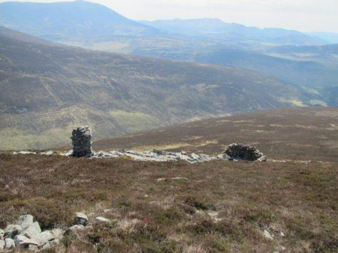 Cairn and shelter on Beinn Mheadhonach