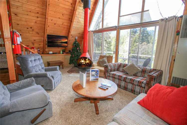 The Living Room of one of the Cool Cabin lodges (Courtesy: Big Bear Cool Cabins)