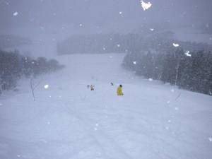 新雪深雪に大苦戦も遥か先頭は一気降りの長島プロ