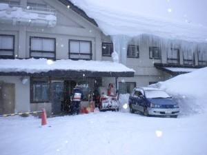 白樺荘も大雪にツララ