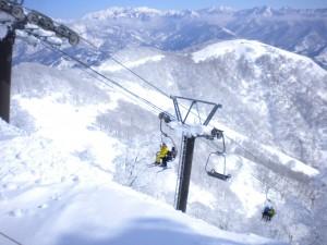 山頂ペア対面に板平コース山頂 バックに妙高山