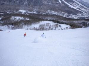 焼額オリンピック滑降コースを攻めるメンバー