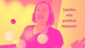 Johanna Wahbeck kuvassa opettamassa matalan kynnyksen kuvataidekursseja soveltamista