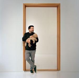 Helsinki-Rooma-Helsinki -taidematka verkossa kuvituskuva kuvassa Halmetoja ja koiransa