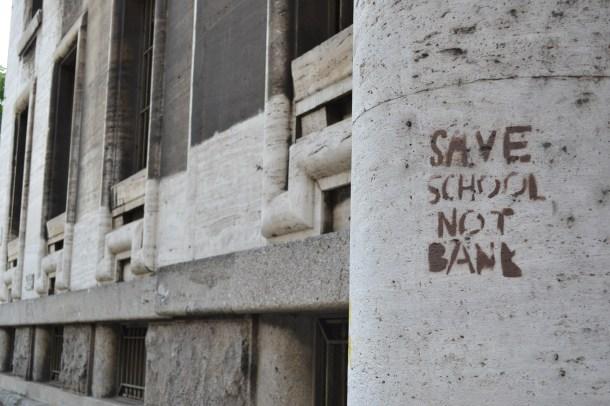 """""""Salve as escolas, não os bancos"""", Milão   Crédito: Verônica Batista"""