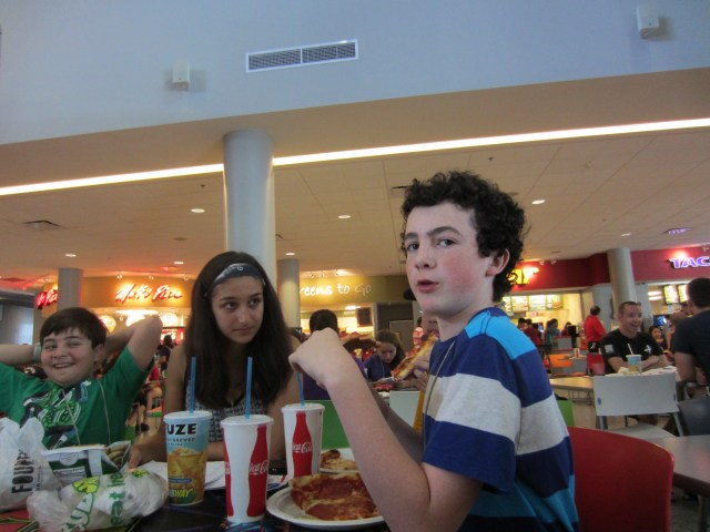 Sara and Teo have lunch in the Student Union.
