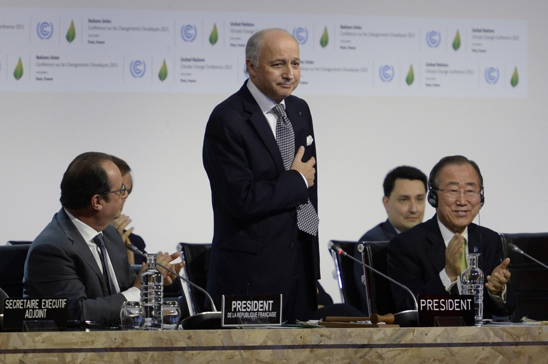 El ministro francés de Asuntos Exteriores presenta el borrador del documento a los países en la COP21.