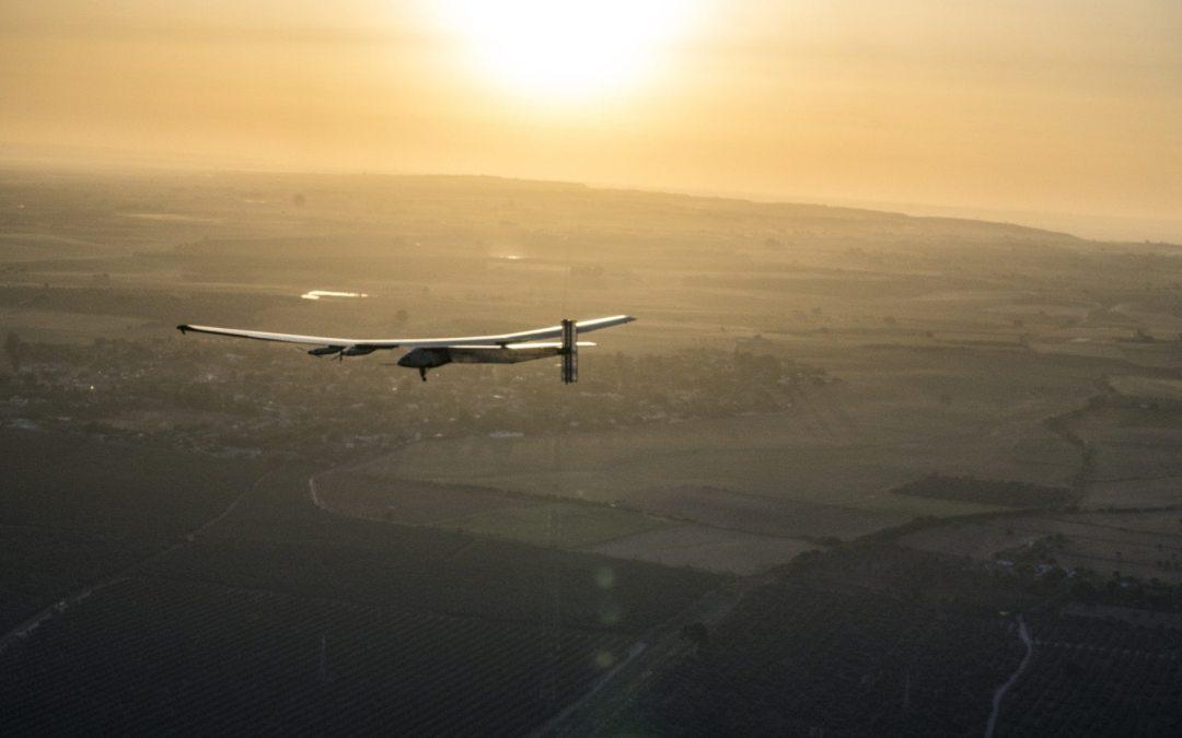 Tras 505 días y solo con energía solar, un avión concluyó hoy la vuelta al mundo