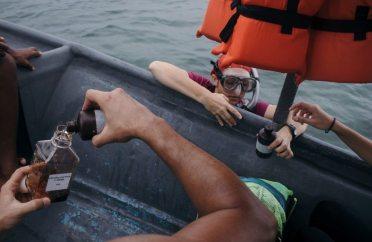 La bióloga Jimena Samper recolecta agua de mar sobre una pradera de pastos marinos en Cahuita, Limón, para medir niveles de fitoplancton. Dichos microorganismos son esenciales para la cadena alimenticia en la pradera.