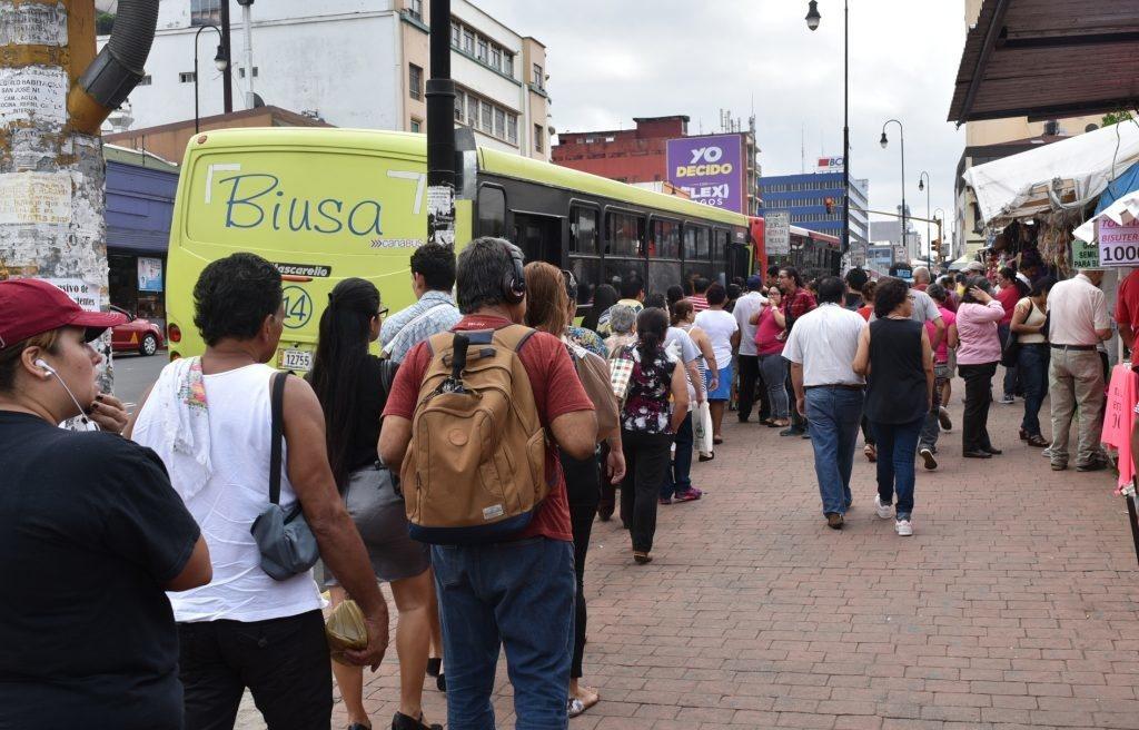 En carro (por obligación) Solo un cuarto de los viajes tienen como destino la capital, pero casi todas las rutas de autobús van a San José