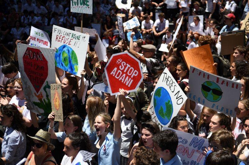 Miles de niños protestan contra el gobierno por falta de acción climática en Australia