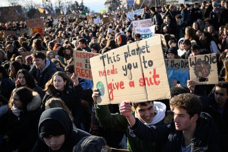 Miles de jóvenes salen de las aulas para protestar por la acción climática