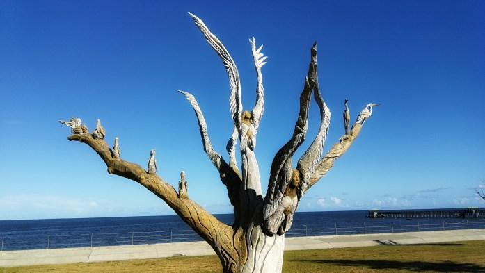 Geschnitzter Baum nach Sturmschäden von Katrina mit Engeln, Adlern und anderen Figuren