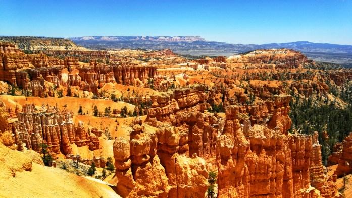 farbige Felsen, sogenannte Hoodos, die als Amphitheater angeordnet sind