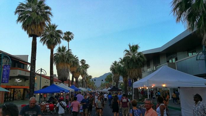 Straße mit verschiedenen Ständen in Palm Springs