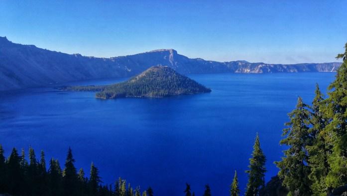 Crater Lake mit Insel, Bäumen, tiefblauem Wasser