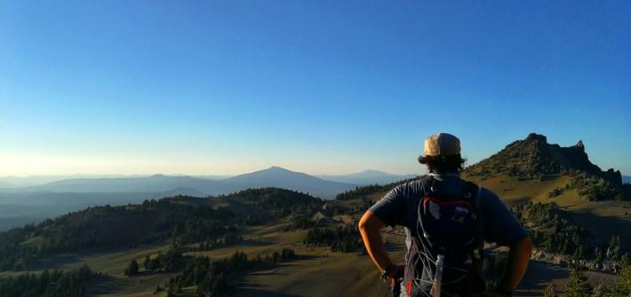 Mensch beim Ausblick zum Sonnenuntergang vom Watchtower Berg am Crater Lake, Oregon