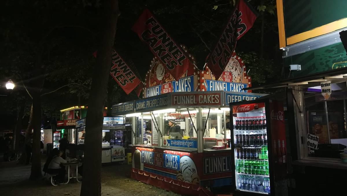 Bild eines Food Trucks, der Funnel Cakes anbietet