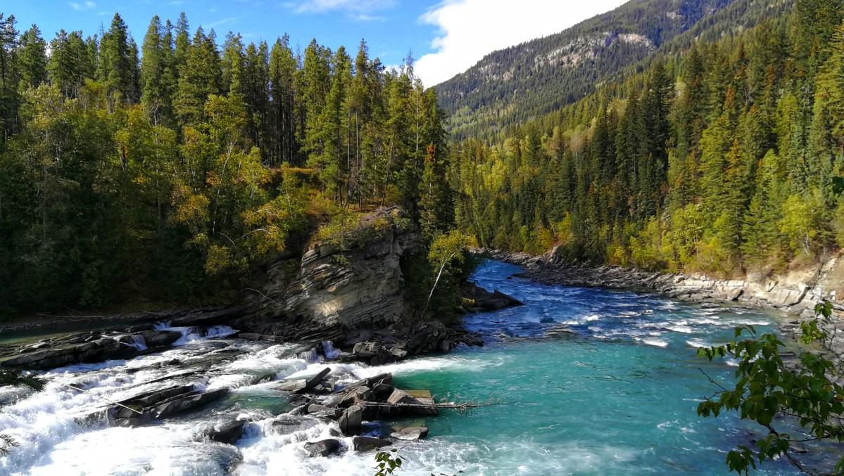 Rearguard Wasserfälle, türkisblauer Fluss von Wäldern umringt