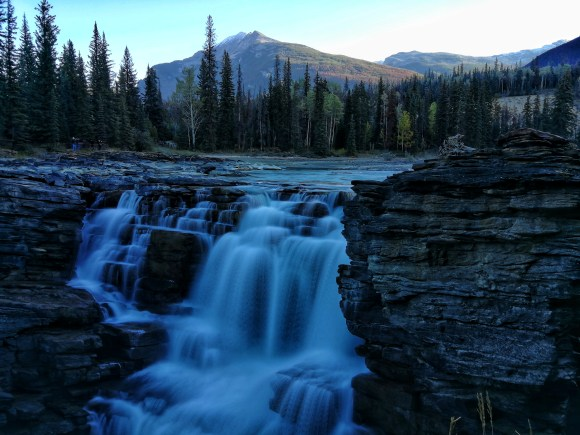 Wasserfall mit Bergen im Hintergrund