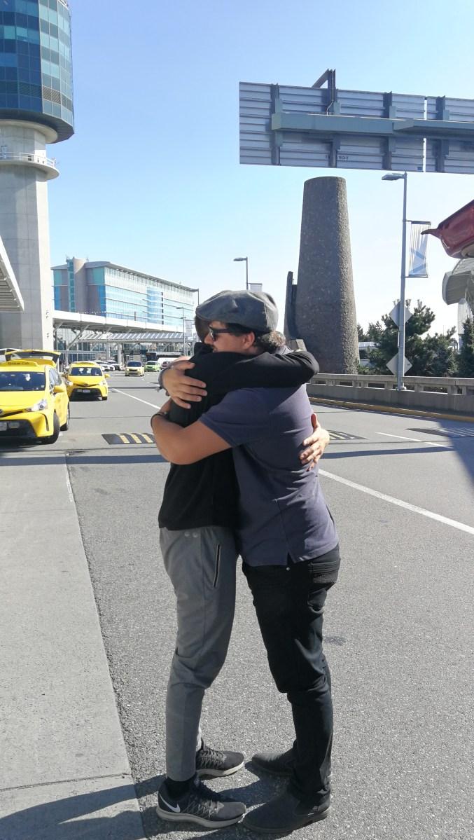zwei Personen verabschieden sich am Flughafen