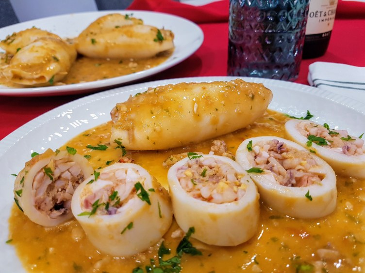 Calamares rellenos con salsa de almendras.
