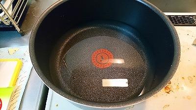 鍋に皿の水を移す