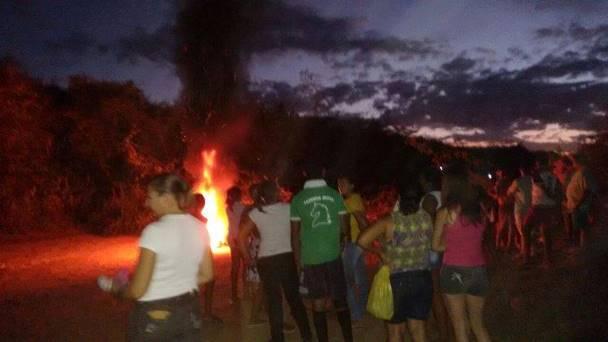 Moradores atearam fogo em galhos de árvores  Foto: Francisco José