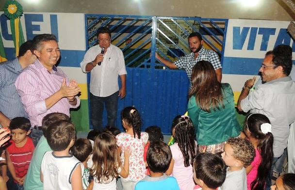 Criaças participam da retirada da fita de reinaguração da Centro de Educação Infantil Vitalino Alexandre, do Sítio Queimadas | Foto: Divulgação