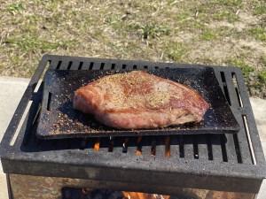 独焼鉄板でステーキを焼く