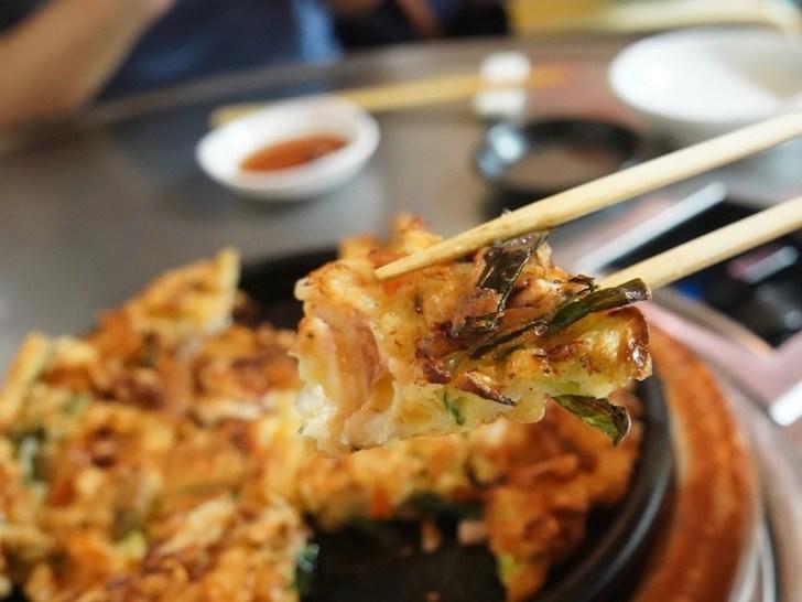 【チャンホルモン】海鮮チヂミ食べてるところ