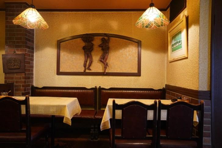 【喫茶パウゼ】テーブル席と壁