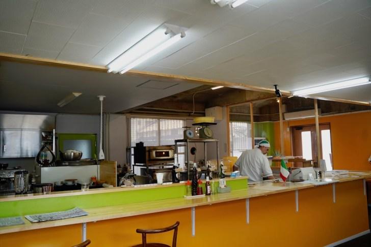 【ピッツェリア マル屋】テーブルから厨房を眺めたところ