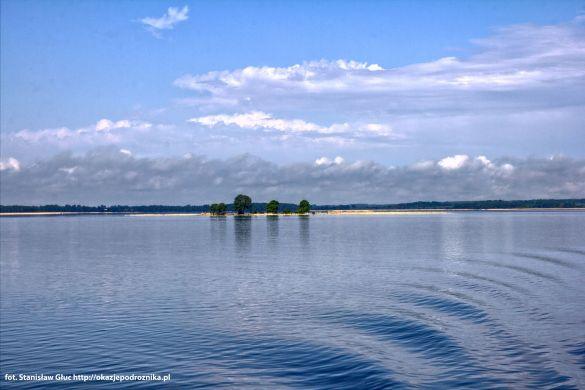 Mała wysepka na środku jeziora