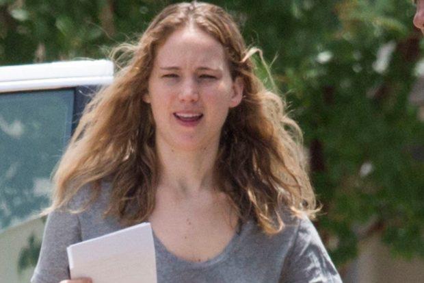 Jennifer Lawrence shows natural: No make-up and underwear