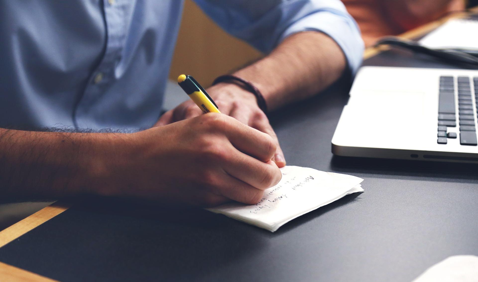 ucz sie angielskiego przez pisanie, mezczyzna przy biurku pisze