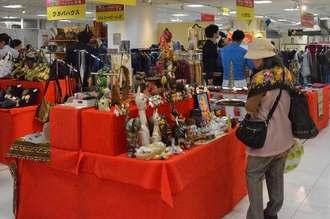 ベトナム産の雑貨を見て楽しむ人たち=21日、那覇市・デパートリウボウ