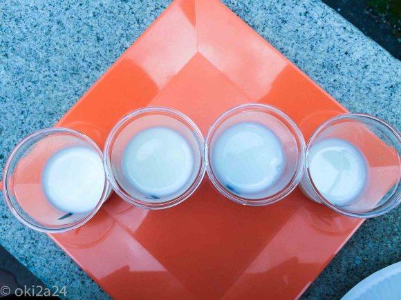 """道産""""牛乳""""飲み比べの牛乳色比較。上から見ると少し違いがわかりました。うまく撮れませんでしたけれども><。"""