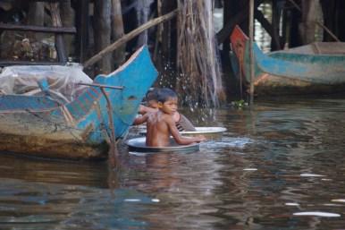 Kampong Phluk, dzieci w balii